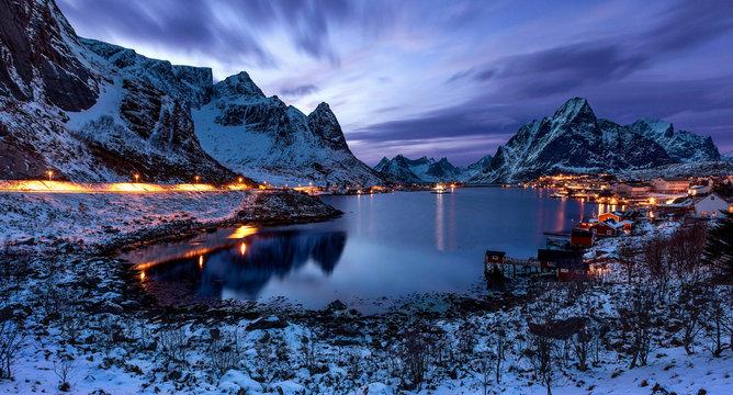 Blaue Stunde über Reine auf den Lofoten im Winter