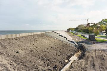Baustelle für einen neuen Deich am Meer