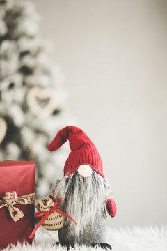 Weihnachten Dekoration Wichtel rot mit Geschenken Weihnachtsbaum im Hintergrund - Var. 4