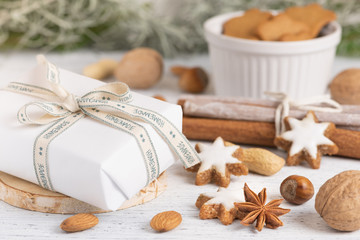 Obraz Świąteczna paczka, ciasteczka, przyprawy świąteczne - fototapety do salonu
