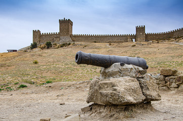 Old medieval gun in an old fortress in the mountains. Fototapete