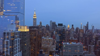 Fotomurales - Aerial drone footage of New York skyline, at dusk, with forward camera motion along the 29th street
