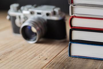 積み上げた本とオールドカメラ
