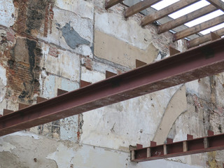 metal bar or beam between two houses to keep the walls upright