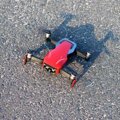 Obraz Czerwony dron przygotowany do startu - fototapety do salonu