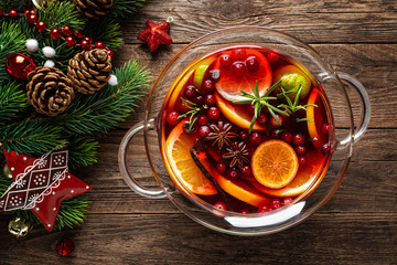 Papiers peints The Christmas mulled wine punch. Festive red hot toddy cocktail, drink with cranberries and citrus fruits