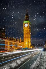 Fototapete - Der beleuchtete Big Ben Turm und Westminster Palast in London im Winter mit Schneefall