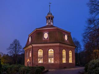 Kirche am MArkt Hamburg Niendorf abends Blaue Stunde entzerrt