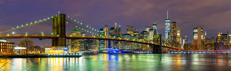 Photo sur Aluminium Brooklyn Bridge Panorama of beautiful sence of New York city with Brooklyn bridge and lower Manhattan in dusk evening. Downtown of lower Manhattan of New York city and Smooth Hudson river at night
