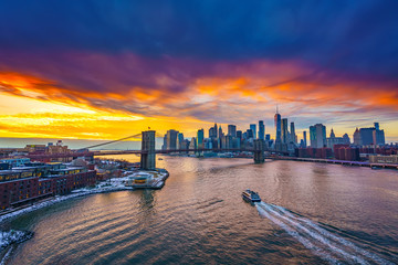 Fototapete - Panoramic view on Brooklyn bridge and Manhattan at sunset, New York City