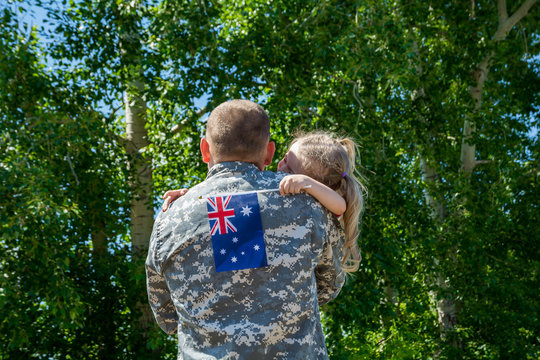 Happy reunion of soldier from Australia with family, daughter hug father
