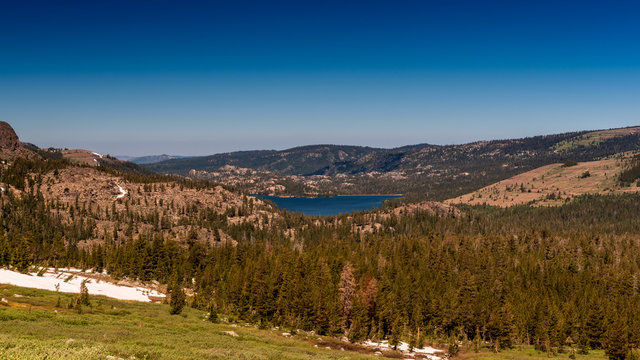 Trail do Winnemucca lake, view of Woods lake on a cloudless sky day