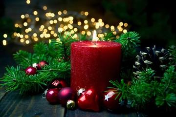 Brennende rote Adventskerze im Lichterglanz - Weihnachten Dekoration - Erster Advent