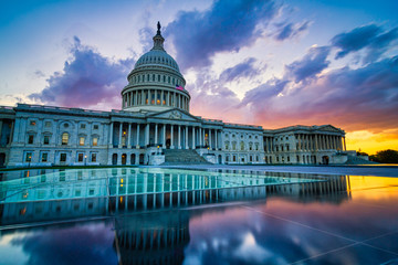 Dramatic sunset over the US capitol in Washington DC Fotomurales