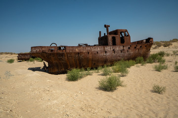 Papiers peints Naufrage Rusty ship wreck in the deserted Aral Sea near Muynak en Uzbekistan