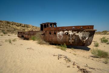Poster Naufrage Rusty ship wreck in the deserted Aral Sea near Muynak en Uzbekistan