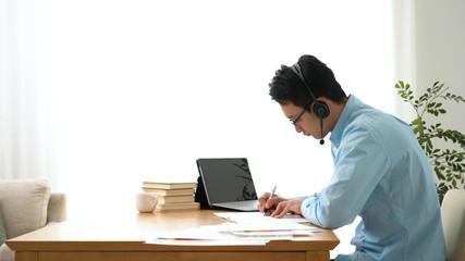 オンライン授業を受ける男性