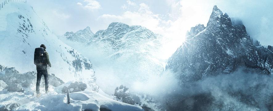 Wanderer in verschneiter Winterlandschaft