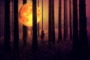 Leuchtender Vollmond im Wald und kleines Kind