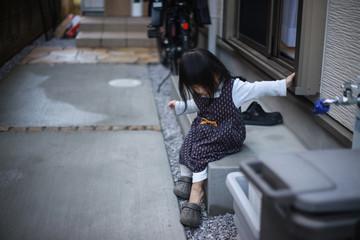 一人で外に出ようとする女の子