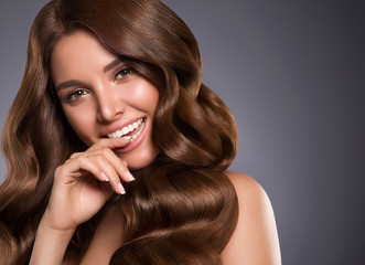Poster Kapsalon Beautiful hair woman long curly hairstyle healthy teeth smilenatural makeup
