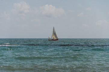 Poster de jardin Voile Sailing yacht sailing the sea