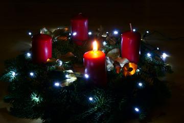 1. Advent, Adventskranz mit einer brennenden Kerze, Copy space