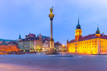 Fototapete - Castle Square with Royal Castle, colorful houses and Sigismund Column in Old town during morning blue hour, Warsaw, Poland.