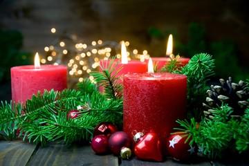 Vierter Advent - Brennende rote Advent Kerzen - Weihnachten Dekoration