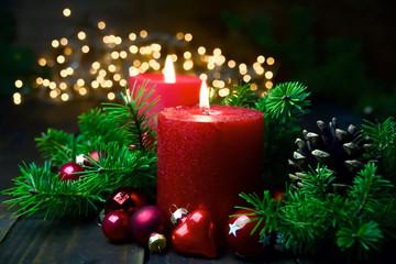 Brennende rote Adventskerzen im Lichterglanz - Weihnachten Dekoration - Zweiter Advent