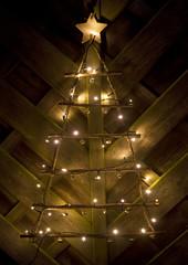 Beleuchteter  Deko-Tannenbaum aus Zweigen