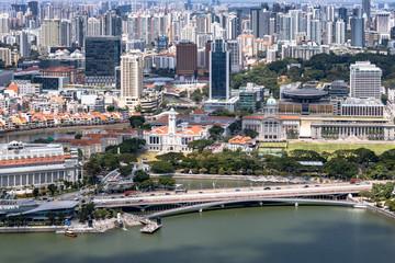 Blick vom Marina Bay Sands Hotel auf den Singapur River mit dem Merlion, Padang und die National Gallerie in Singapur