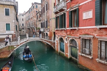Venise, gondole naviguant sur un canal et passant sous le pont de la Cortesia (Italie)