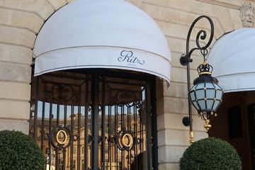 Hôtel de luxe Ritz sur la place Vendôme à Paris, détail de la porte d'entrée avec une lanterne – 26 octobre 2019 (France)
