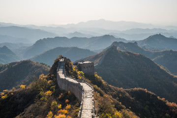 Photo sur Aluminium Muraille de Chine Scenic panoramic view of the Great Wall Jinshanling portion close to Beijing, on a sunny day of autumn, in China