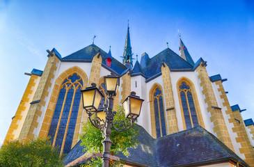 Alte Laterne und historische Kirche in Ahrweiler