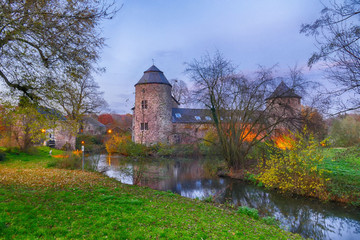 Historische Wasserburg in Ratingen im Herbst