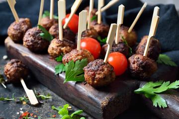 Pikante und kross gebratene Hackbällchen auf Spießchen als Tapas oder Partysnack  – Crispy fried spicy meatballs on finger food skewers