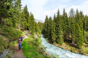 """Frau und Kind wandern auf dem Flimser Wasserweg """"Tutg dil Flem"""""""