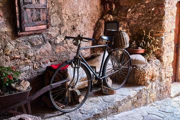 In de dag Fiets Vintage bicycle in a small rural village