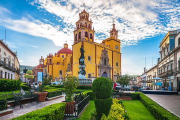 facade of guanajuato cateral in mexico Fotomurales