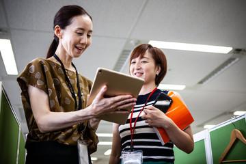 タブレットで資料を共有する女性マネージャーたち