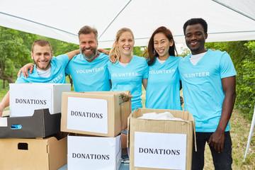 Freiwillige Helfer bei einer Spendensammlung