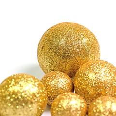 Goldene Kugeln vor weißem Hintergrund