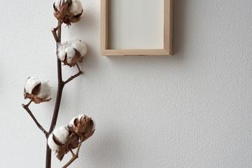 シンプルな木製フレームとコットンフラワー