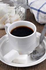 Tasse de café avec du sucre et une cuillère en gros plan