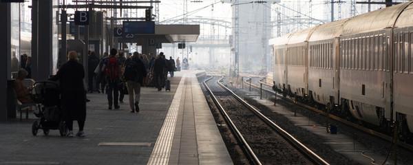 Streetlife: Menschen warten am Bahnsteig auf den verspäteten Zug