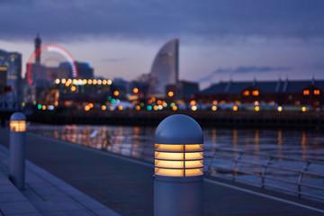 横浜 夕暮れのみなとみらい 歩道ライト