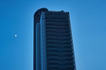 東京 高層ビルと月