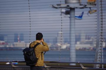 飛行機を撮るカメラマン